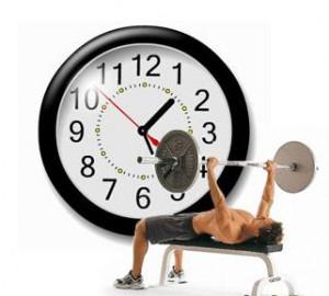 на рисунке спортсмен на фоне часов