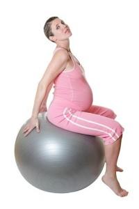 изображена беременная женщина на фитболе