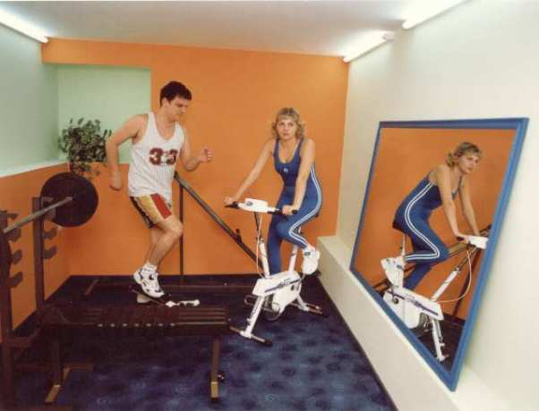 На картинке изображен домашний фитнес-зал