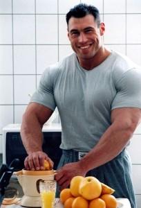 спортсмен готовит коктейль