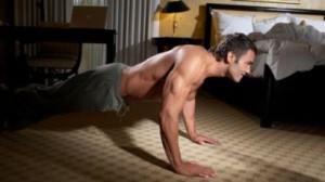 мужчина тренируется вечером