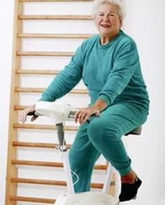 изображена женщина на велотренажере