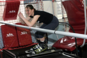 мужчина занимается на тренажере слалом