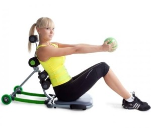 на фото девушка выполняет упражнения на тренажере