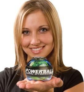 на ладони у девушки кистевой тренажер powerball