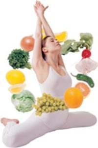 на фото женшина на шпагате и фрукты
