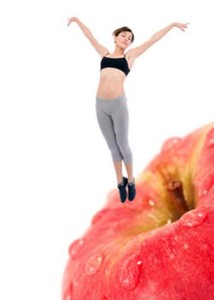 женщина занимается фитнесом на яблоке