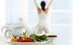 женщина на фоне накрытого к завтраку стола