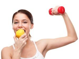 женщина с гантелей и яблоком