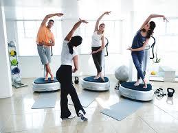 На фото женщины занимаются фитнесом на тренажерах