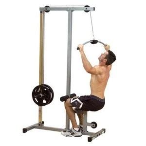 На фото спортсмен выполняет упражнения на тренажерах