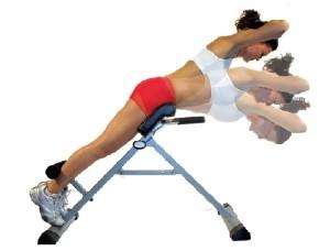 на картинке женщина показывает упражнения на тренажерах для спины