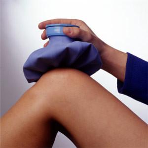 на фото колено с компрессом