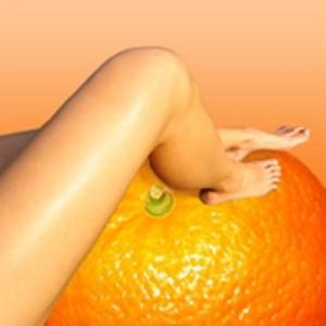 нога стоит на апельсине