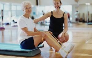 пожилая женщина и спортинструктор