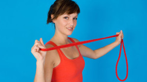 женщина выбирает скакалку - тренажер от целлюлита