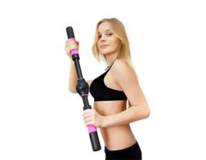 на фото девушка с тренажером для грудных мышц