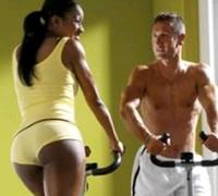 женщина и мужчина на кардиотренажере для ягодиц