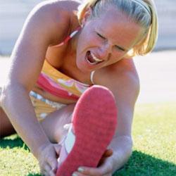 женщина с травмой ноги