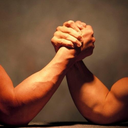 две руки занимающихся армрестлингом