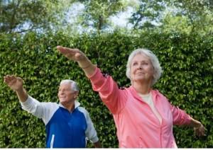 женщина и мужчина занимаются фитнесом