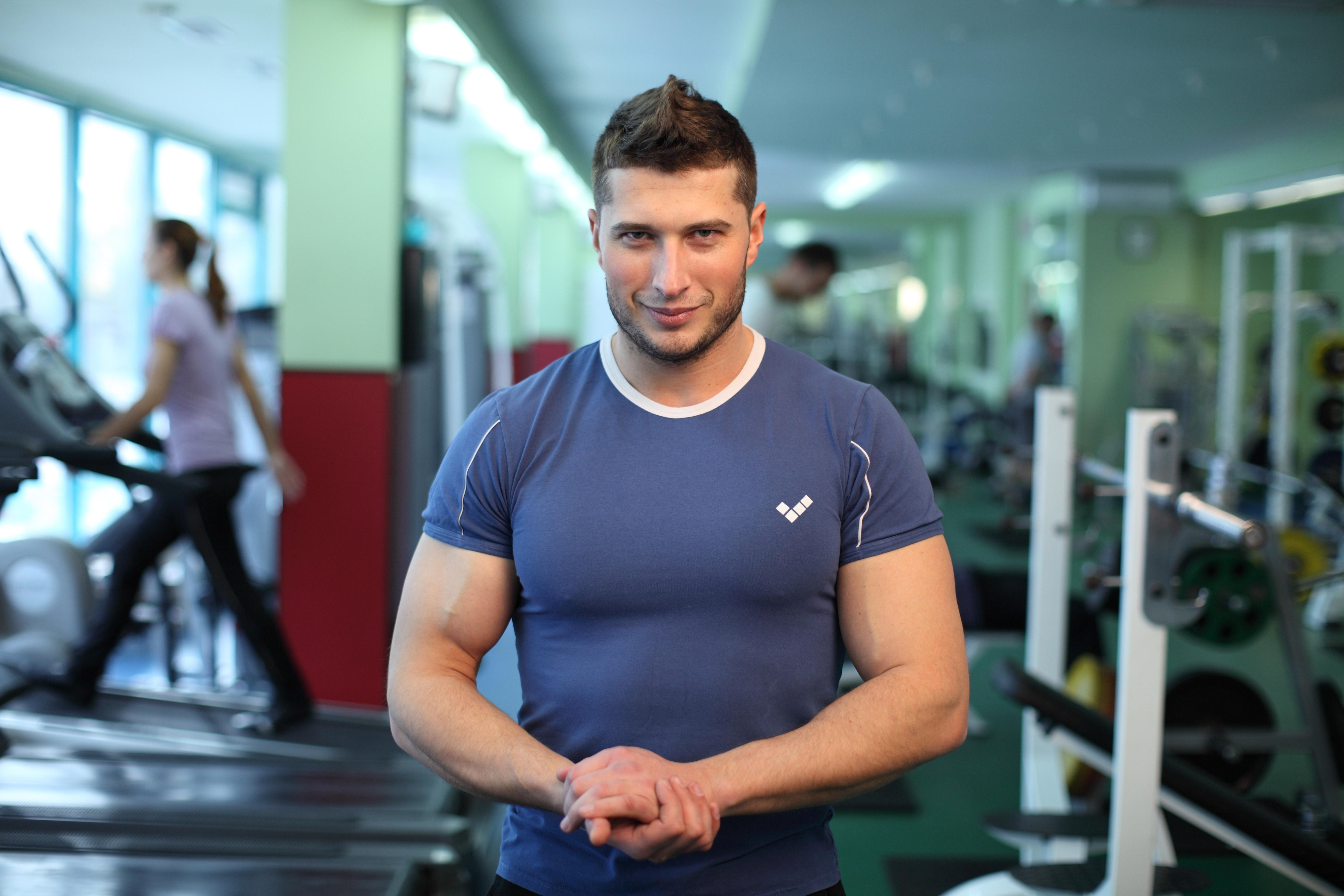 Помощь фитнес тренера при занятиях на эллиптическом тренажере