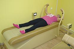 выполнение упражнений на изометрических тренажерах