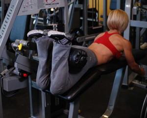 упражнение сгибание ног в тренажере