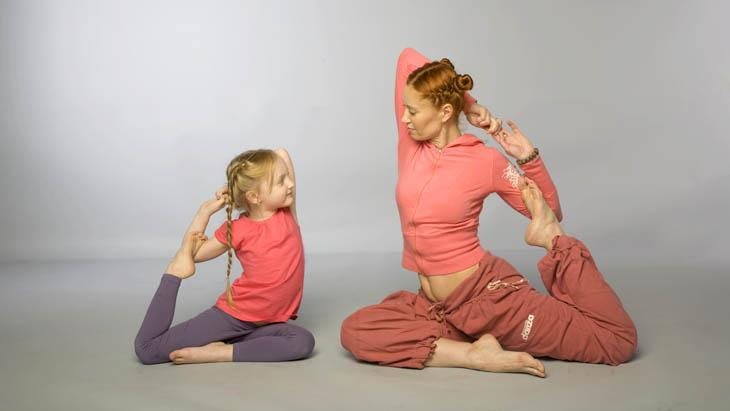 Начать заниматься йогой с ребенком легко если подать ему хороший пример