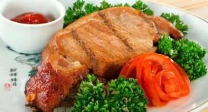 Отличное блюда для обеда - мясо с соусом и зеленью