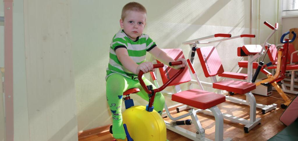 Мальчик на велотренажере