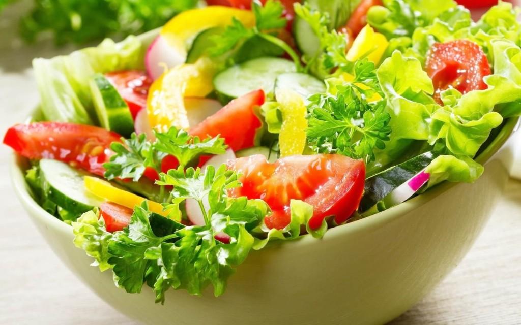 Овощной салат, входящий в меню яично-апельсиновой диеты